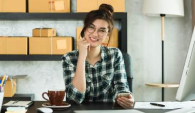jelaskan perbedaan pemasaran luring dengan bisnis online